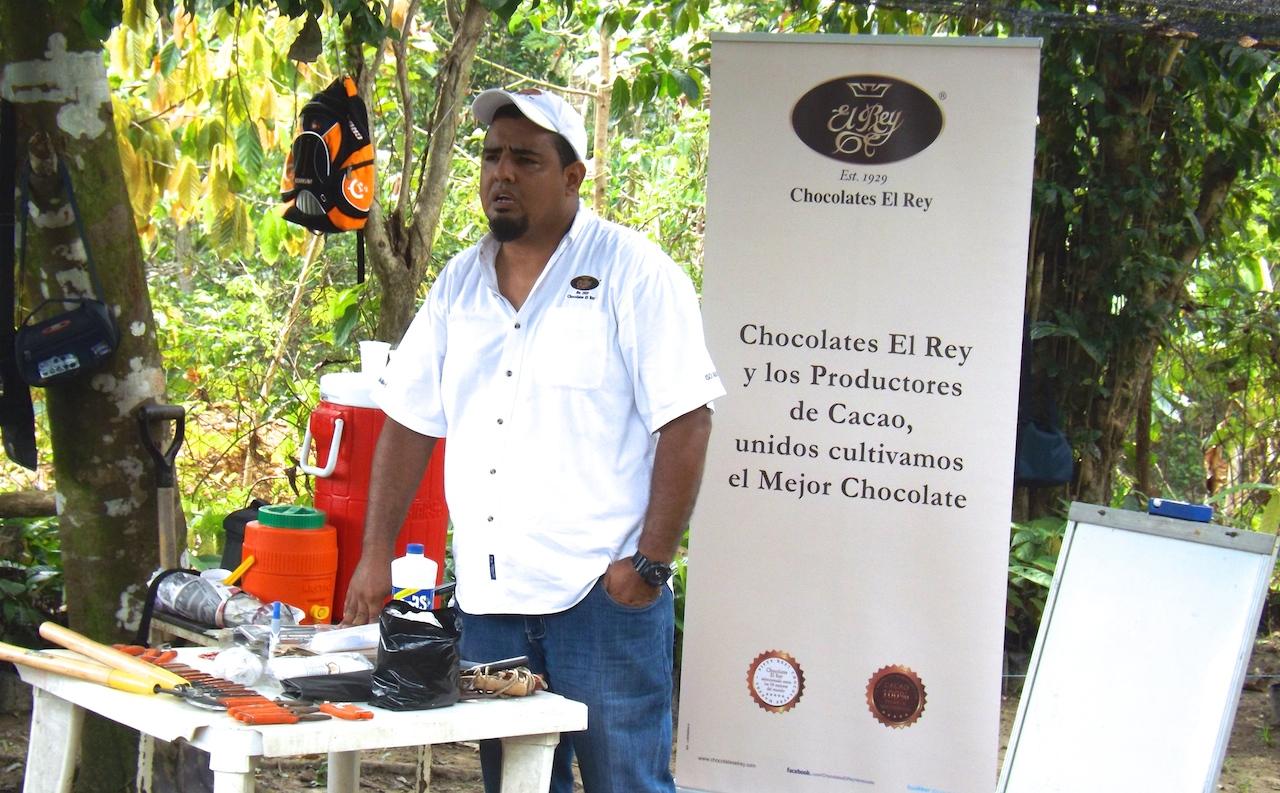 Francisco Betancourt es el ingeniero de Chocolates El Rey que imparte conocimiento a los productores de Barlovento y otras zonas de Venezuela